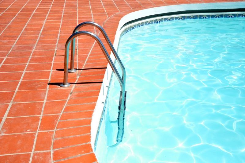 Co pomůže při čištění bazénu?