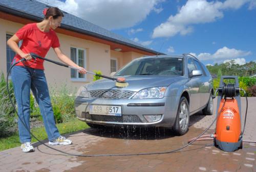 Nejčastější použití tlakové myčky je k mytí automobilu, zdroj: mountfield.cz
